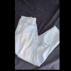 Säljer mina jeans med hål som använts få gånger. Älskar dem supermycket och tycker de är jättefina! Men används för sällan. Byxorna är köpta på Nelly.com för 699kr, hålen är klippta själv! Budgivning i kommentarerna!