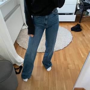 Säljer mina jättesnygga blå jeans från zara. De är använda endast en gång. De är raka och högmidjade. Jag är 158 och de är väldigt långa på mig, men går såklart att klippa de kortare💕 storlek 34. 250 kr + frakt. Om fler är intresserade blir det budgivning💕