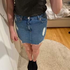 En fin blå jeans kjol i ett bra skick. Använd förra sommaren och den är perfekt och lagom kall. I storlek M men passar även en S. Priset kan diskuteras och köparen står för frakt!