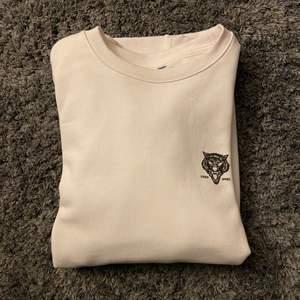 En vit tröja i fint skick i storlek XS men är som en M. Köpt på herravdelningen på H&M för ca 2 år sedan. Endast använd 1-2 gånger. Nypris: ca 300 kr, säljer för 100kr plus frakten som ligger på 72kr. 🥰