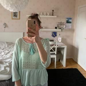 Söt tröja från Cubus med spetsdetaljer och volang nertill. Köparen står för frakten. Kan även mötas upp i Malmö.