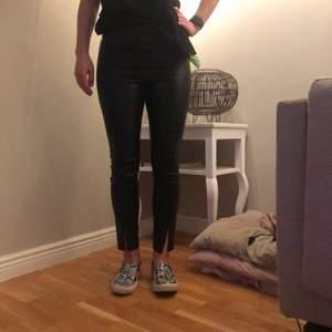 Byxor i läderimitation från Zara, stl M men skulle nog säga att de är mer mot S eftersom de är lite för tighta för mig. Dragkedja i sidan samt dragkedjor längst ner som en snygg detalj, gör att man kan variera dem!