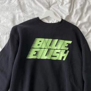 Svart Billie eilish sweatshirt 🤍 super mysig och i fint skick.  Lite oversized fit. Skicka privat vid intresse eller frågor💗