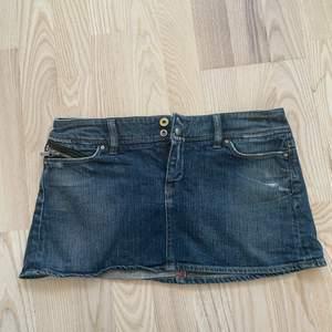 As najs mini kjol från diesel med dragkedja detalj på ena fickan, knappt använt den 😻✨😝