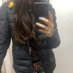 Säljer en para jumper jacka int så använd säljer då har för många jackor❤️säljer för ganska billigt för nypris är ca 3500 så säljs för 700 pågrund av hålet på tredje bilden ❤️sitter fint och oversizad storleken S mer M