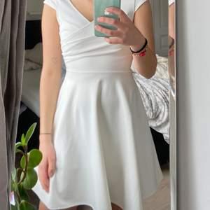 Superfin vit klänning i skönt stretchiga material, superfin till student, skolavslutningen eller midsommar! Säljer då den är lite liten för mig, använde den 1 dag under konfirmations-avslutningen, så klänningen är i väldigt bra skick. Storlek XS och normal i storleken. Jag är ca 1,69 och den är bra i längd för mig. Köp för ca 350kr säljer för 200kr + frakt (sol köparen står för)🥰🍃