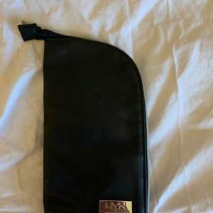 Säljer denna väskan för sminkborstar ifrån nyx! Super praktiskt att ha sina sminkborstar i när man ska iväg