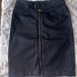 Säljer denna Lee kjolen med dragkejda då den endast kommit till användning en gång och blivit för liten för mig, köptes mellan 700-800kr. I jätte bra skick som ny. Modellen heter High waist Zip skirt storlek W28