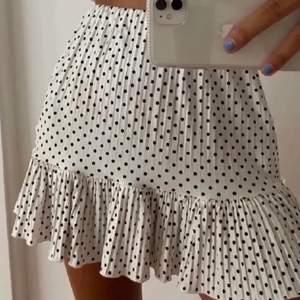 Prickig kjol ifrån zara så fin till sommaren❤️☀️ (Första bilden är lånad)