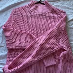 Perfekt att ha över en kjol i sommar, stickad tröja i finaste rosa färgen 💕💕💕 hör av er vid frågor eller intresse!! Köparen står för frakt på 66kr. Köptes på plick men kommer ej till användning, nyskick