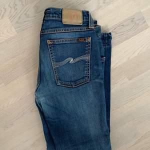 Dessa washed mörkblåa jeans, från Nudie Jeans Co, nypris är 1500 kr, jag säljer de för 200 kr i gott skick! Deras storlek är 29/30 men jag brukar ha 27W i jeans o dessa passar bra i midjan på mig. Byxorna har en liten utsvävning, men är mer straight än bootcut. Börjar på 200 men om fler är intresserade får den med högst bud. Går att mötas upp i Gbg, annars står köparen för frakt. Skriv för fler frågor💖💕