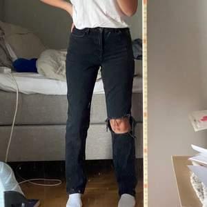 """Jätte fina raka jeans i en """"stonewashed"""" tvätt skulle säga väldigt mörkgrå. Använda ett antal gånger men tyvärr lite små, annars jätte bra längd. Stl.36 och jag är 36/38, rejäla jeans!🖤👏 Pm vid intresse/frågor, frakt tillkommer.✔️        ‼️smutsiga speglar inte fläckar, kan skicka fler bilder‼️"""