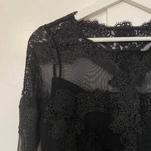OANVÄNT svart klänning från Tàtch. Storlek 38 EU Säljs eftersom är inte min stil längre. Ord. Pris: 849 kr