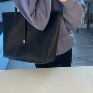 En ganska stor svart väska. 50kr + frakt sällan använd så nästan som ny.