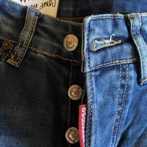 Dsquared jeans helt nya oanvända med lapp på. Köpta för 5139kr säljes för 3800kr. Unisex. Finns mer bilder att få