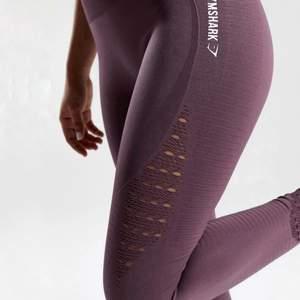 Superfina Gymshark Energy Seamless Leggings (Purple Wash Colour) 💜💜 Använda ett fåtal gånger, säljes pga för stora. Tvätt och modell från gymshark kollektion som inte längre säljs. Size S (fit UK 6-10)  Material - 69 % Nylon - 17% Polyester - 14 % Elastane. Logga bak något nött. I övrigt fint skick, se bilder.