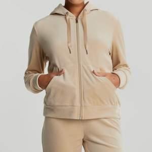 Gina tricot Cecilia Velour Hoodie, helt ny med prislapp. Storlek S! ‼️ fraktar spårbart. Färgen finns inte kvar.