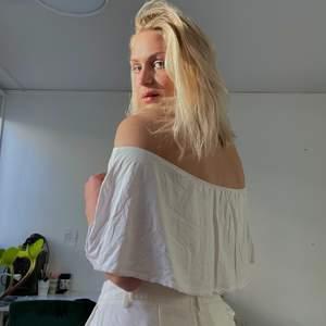Denna vita top är det perfekta plagget för långa sommardagar. Enkel att bära - faller helt fantastiskt på kroppen och täcker överarmarna! (stort + i mina ögon) 🌸 visar vackra konturer på kroppen och väldigt luftig!! Storleken är M