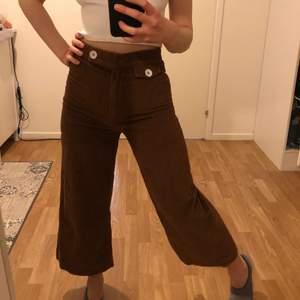 Jättefina bruna manchesterbyxor med vida ben och hög midja. Från zara storlek XS/34