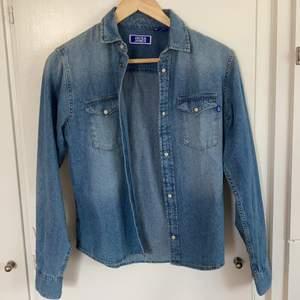 Superfin jeansskjorta från Jack&Jones junior i storlek 176. Min bror fick den i julklapp men den är helt oanvänd då den inte passade. Passformen är unisex och storleken motsvarar en xs. Hör gärna av er vid frågor eller intresse!☺️ (frakt tillkommer)