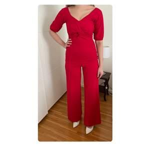 Elegant och festlig jumpsuit i röd/vinröd✨ Använd endast 1 gång. Insydd vid bysten då jag tyckte att den blev för urringad på mig, kan sprättas upp annars🌹 Passar utmärkt med klackar.