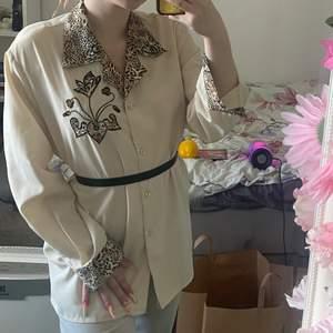 Vintage silkes skjorta med cool design på, ser inte mig själv ha på mig den så säljer vidare!
