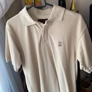 Snygg beige skjorta. Storlek s. 50kr frakten ingår i priset 🤎