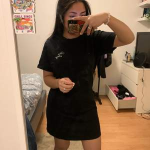 Svart tshirt klänning som sitter precis överknäna på mej. Köpt för ett tag sen och använd ca 2 ggr. Kan mötas i sthlm annars står köpare för frakt💖