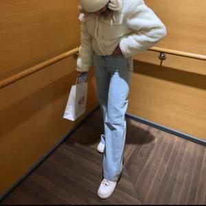 Ett par raka jeans från hm som är sparsamt använda och super snygga på men kommer inte till användning. Dom formar sig bra efter rumpan och låren sen blir dom raka ner till och sitter bra i midjan så man får en fin form. Dom är i storlek 34 och säljer för 150+ 50kr frakt 💕