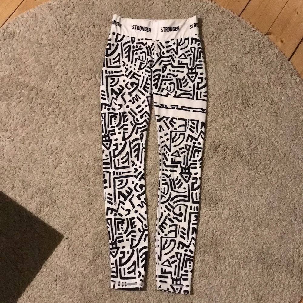 Använd fåtal gånger men tvättad efteråt. Säljes för att jag inte använder dem. Stl S och passar bra på mig (är 165 cm lång). High Waits och bekvämt material. 300kr (frakt ingår). Betalas innan man får plagget❤️. Jeans & Byxor.