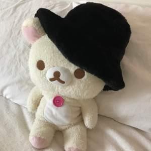Svart fluffig buckethat från ASOS. Endast använd två gånger, som ny! Pris är ink. frakt!