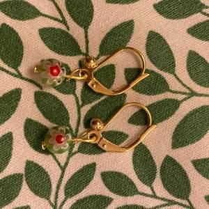 Fina örhängen med grön pärla som jag har gjort själv💖🌟🌟 nickelfria men kan guldet kan tappa färg vid kontakt med fukt!!!
