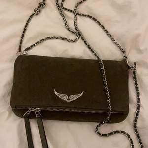Säljer min älskade Zadig väska för den kommer inte lägre till användning, väskan har inga skador och ser i princip ny ut, jag köpte den förra vintern på Zadig butiken på Östermalmstorg.💕💕 pris kan diskuteras