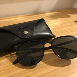 Säljer ett par svarta solglasögon med svart glas. Aldrig använda. Köperen står för frakten som ligger på 12 kr.