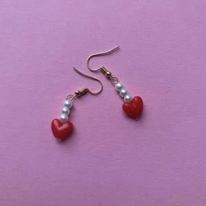 Nya fina örhängen finns nu!💞 du kan köpa ett par för 20kr💕 Instagram💕: jewelry_by_m.k                                                       TikTok💕:jewelrybym.k