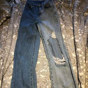 Jättefina och coola jeans med 2 olika färger på varje ben, väldigt bra skick ser ut som oanvända, jag använder inte längre så tänkte sälja. Köpta second hand.(Om ni vill ha fler bilder fråga i chatten).