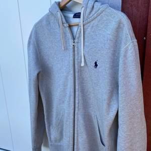 Jag säljer en snygg Polo Ralph Lauren grå zip hoodie. Köpt för 1400kr i våras. tröjan är i nyskick. Storlek L.