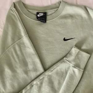 nike sweatshirt i en jättefin mintgrön färg💚 den är i väldigt bra skick och jättebekväm!!