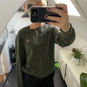 Grön sweatshirt från Champion. Finns en liten fläck som knappt syns, skriv för fler bilder. Säljer då den inte används!!✨💕