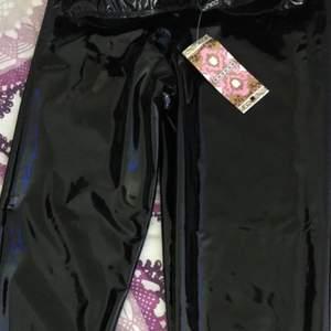 Helt nya lack byxor, dom är väldigt fina men kommer tyvärr inte till användning. Dom låter ej när man går och är högmidjade går dock att vika ner dem.