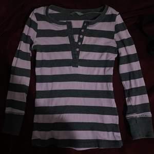 Jätte söt randig tröja från Lindex, det står att den är 128 i storleken men den passar mig som är en XS!