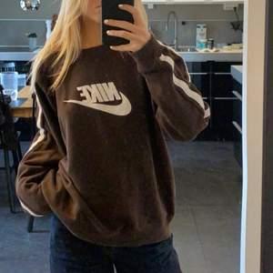 Brun nike sweatshirt köpt secondhand, frakt tillkommer, (säljer vad den är köpt för)☺️☺️ Väldigt bra skick, buda i kommentarerna, BUDGIVNING SLUTAR PÅ SÖNDAG
