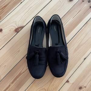 Filippa K loafers i mocka i storlek 38, nypris 2800:-. Inköpta förra året, endast använda vid 3-5 tillfällen därav är de i nyskick. Mitt pris är 1000:-. Kan mötas upp i Stockholms innerstad eller skickas.