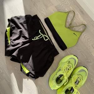PAKETPRIS! Shorts, sport-bh och sneakers i tema svarta och neongul Pris och storlek:  short (strl S) 50kr + frakt sport-bh (strl XS) 50kr + frakt  sneakers (strl 36) 500kr + frakt OANVÄNDA PAKETPRIS 550kr för allt