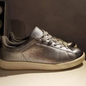 Vem vill inte ha sneakers man kan spegla sig i?🤩Sneakers i märket ichi. Använd ett antal gånger men i bra skick🤠 Strl 40 men är lite små så passar strl 39