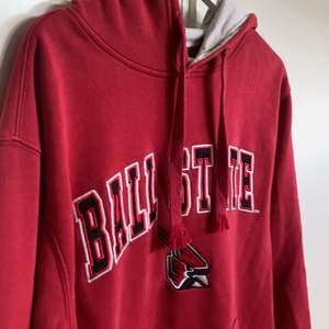 """En college hoodie """"BALL STATE"""" i storlek L men passar M också fint skick förutom snörena som """"fransat"""" upp sig lite, bud från 300 eller köp direkt 500kr💫"""
