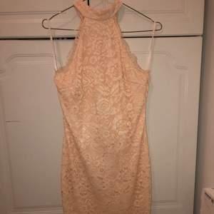 Typ Peache färgad spets klänning. Använd en gång och är i jätte fint skick🥰. Tror jag köpte den från bubbelroom🧐. Den går till knävecken. Kontakta för bilder på