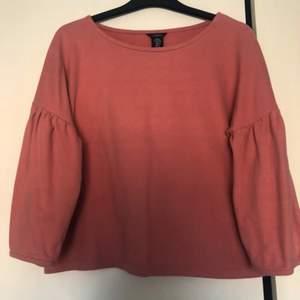 En rosa tröja från Lindex i storlek S. Tyget är väldigt mjuk och skön, lite volang liknande form vid armarna, kan skicka flera bilder för den intresserad💖💖