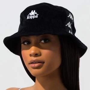 Snygg svart buckethat från KAPPA i storlek ONESIZE och UNISEX, men jag skulle säga att den passar på en kvinna(alltså lite mindre huvud.) köpt för 250 kr, i fint skick.