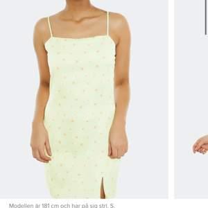 Intressekoll på denna jättefina klänning från bilbolaget, helt ny aldrig använd i stel S. Buda eller skriv privat 💖